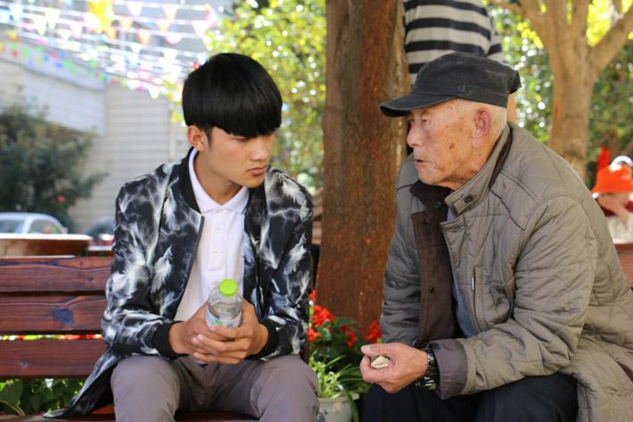 """敬老、爱老是中华的传统美德,为响应党的十九大胜利召开,积极营造敬老爱老助老社会氛围,我校开展了此次的敬老爱老助老活动,为老年人送温暖、办实事、做好事、解难事、献爱心,引导老年人自觉践行""""积极老龄观"""",发挥正能量,切实增强老年人的获得感和幸福感。 来到敬老院,这里的老人看到同学们十分的亲切,同学们在询问了各位老人们的生活起居、健康状况后,便积极的陪老人们唠家常、讲笑话,认真的聆听他们的故事与心声;同学们还积极的帮老人打扫卫生、清洗衣物,为他们普及一些健康保健知识,让他们能够照顾好自己"""
